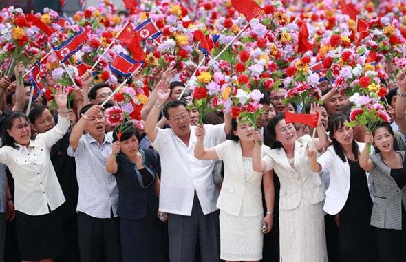 朝鲜平壤万人空巷欢呼 迎接习近平到访
