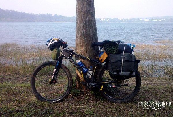 携单车坐飞机 90后大学生骑行千里回家过年