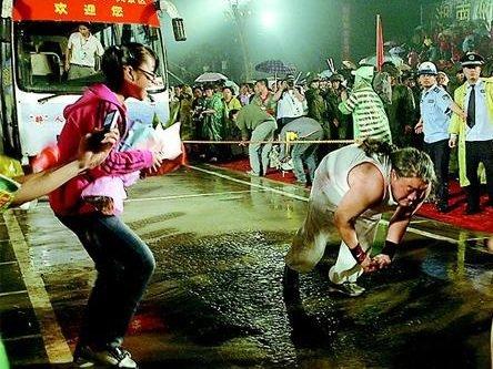 中国奇人挑战《吉尼斯》 头发拉动万斤汽车