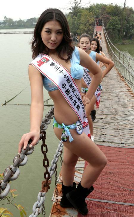 1月10日,参加第37届国际比基尼小姐大赛中国总决赛的的部分佳丽来到广东肇庆七星岩风景区拍摄外景照片。