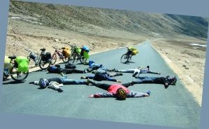 一帮车友爬5008米的东达山时,在路边摆出星形造型。