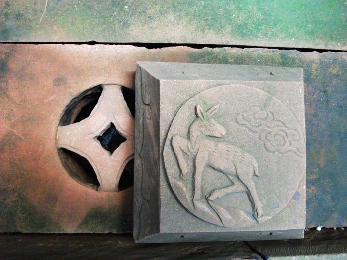 石雕雕刻设计手法多种多样,可以分为浮雕,圆雕,沉雕,影雕,镂...
