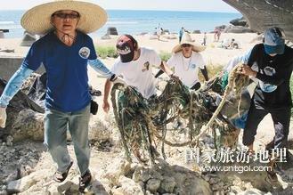 守护小琉球台湾年轻人自发下海清理垃圾