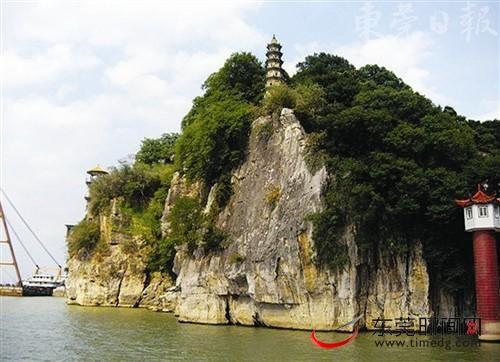 站在石钟山的崖畔鸟瞰鄱阳湖,会觉得很有气势