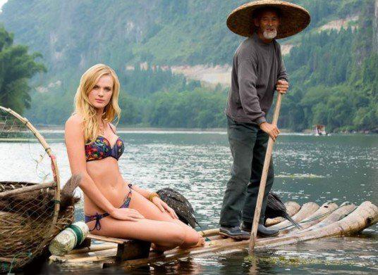 美国超模在桂林拍泳装照引争议