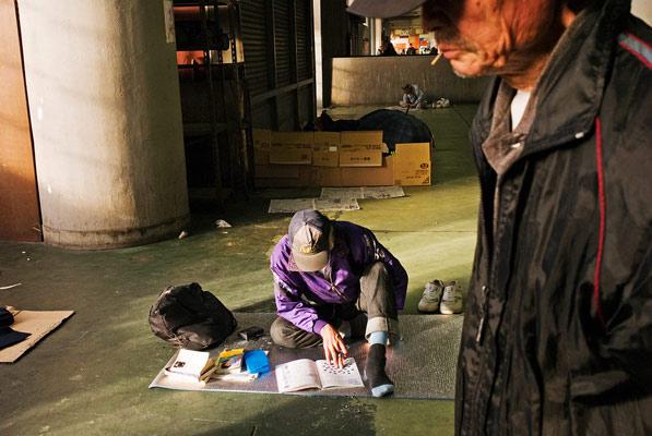 救济中心成为无家可归者的聚集地