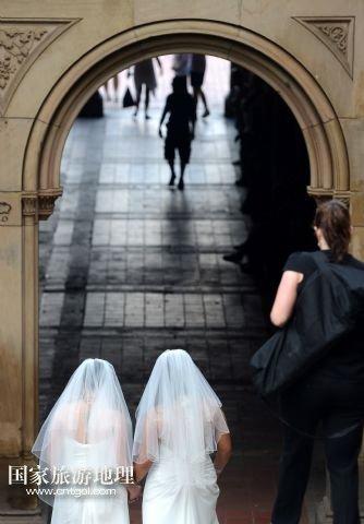 美国纽约:穿着婚纱拍结婚照的同性恋者(图)