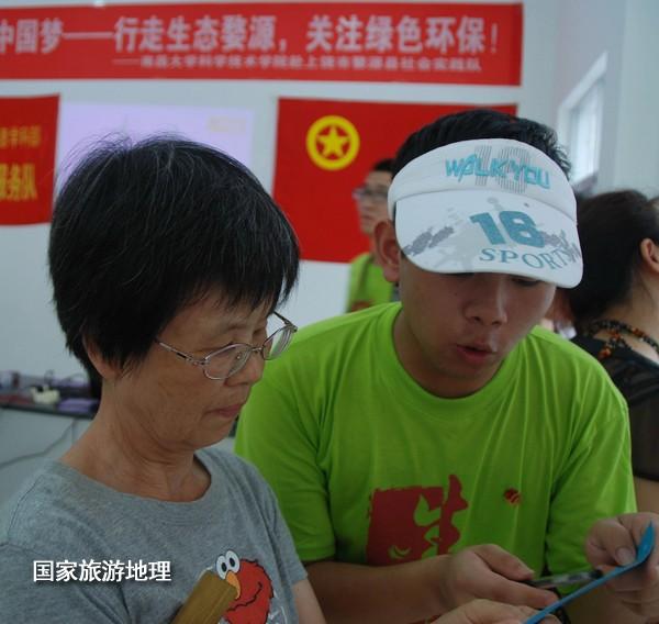 7月5日,婺源县蚺城天佑社区居民在参加绿色环保知识竞猜迷语活动现场。