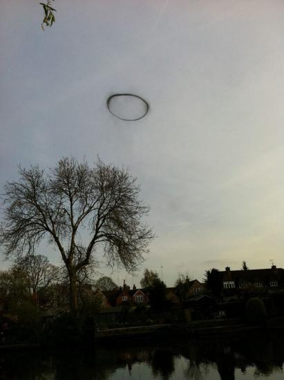 """英国少女拍神秘UFO""""烟圈"""" 空中漂浮3分钟消失(图)"""
