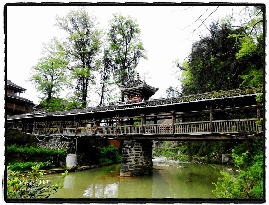 风雨桥分布寨中,错落有致,特色鲜明。