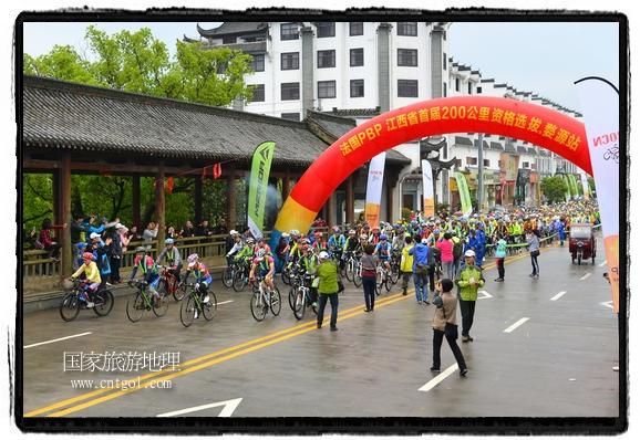 来自江西、安徽、浙江、福建等省市近千名选手参加了比赛,婺源赛道沿途的秀美风光和徽派古村落,给参赛选手留下美好的印象。