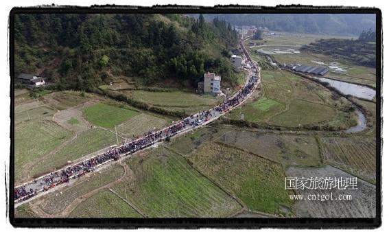 1700桌合拢宴,总长3.7公里,10380人同桌就餐,创历史之最