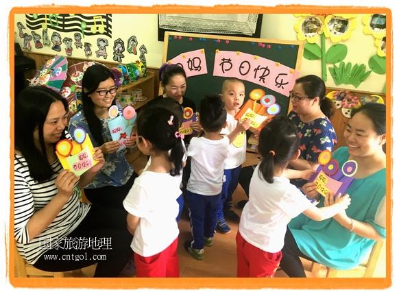 小朋友们用心为妈妈们制作了花束、贺卡,与妈妈一起玩起了温馨的亲子游戏,还为妈妈送上了诚挚的祝福,表达对妈妈的感激和爱。