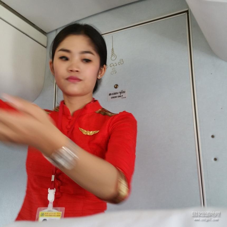 实拍老挝空姐 美丽笑容凸显老挝人的幸福指数高