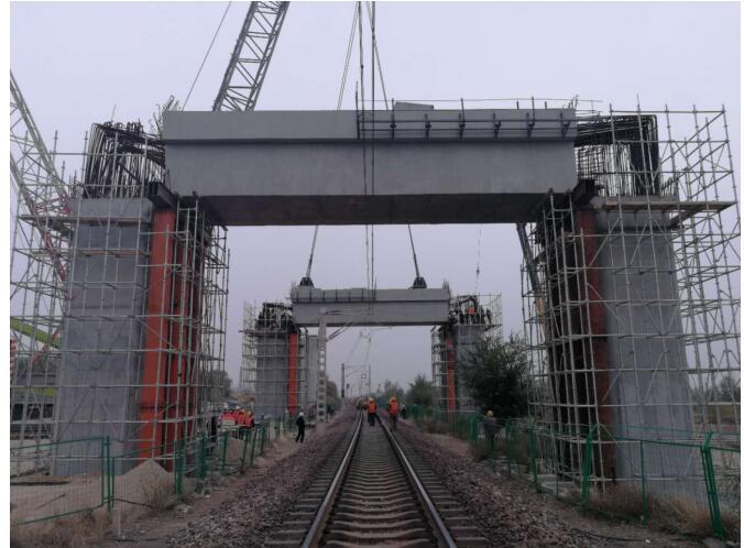 京张横梁门式墩航线转体和墩顶吊装顺利完成_使用图纸装备碧蓝铁路图片
