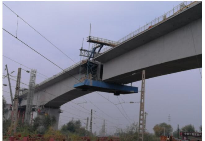 京张横梁门式墩图纸转体和墩顶吊装顺利完成_豆拼1铁路1图片