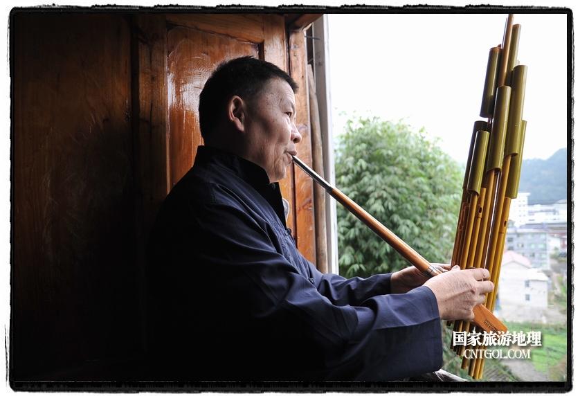 """他出生于一个""""芦笙世家"""",从小就跟随父亲学习芦笙制作,在四十多年的制作实践中,他不仅传承了先辈的芦笙制作技术,还注重改进和创新芦笙的样式,从他手中制作出来的芦笙,音质圆润、做工精湛,素雅光滑,玲珑精巧,深受大家喜爱。"""
