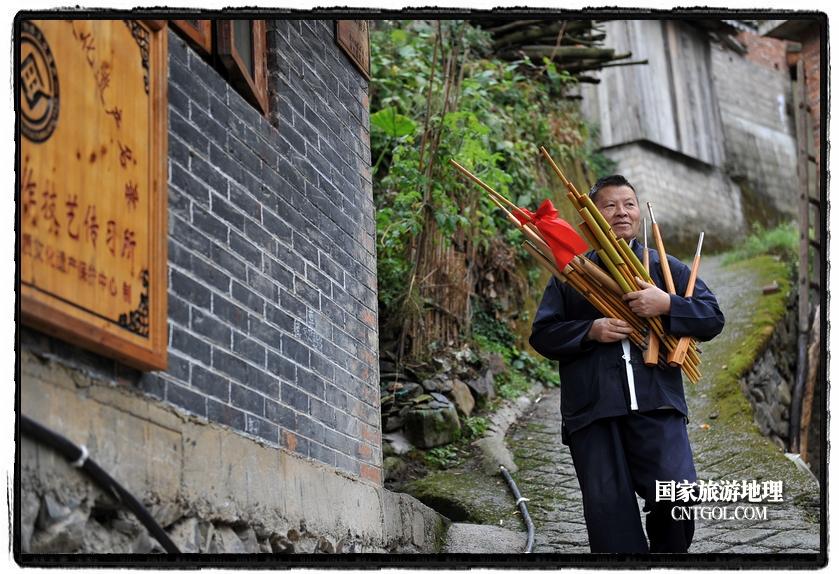 """他还打破""""传内不传外、传男不传女""""的传统习俗,毫不保留地将芦笙制作手艺传给了女儿、儿媳和外人,带出来的50多名徒弟分布在四川、重庆及省内各地,成为传承苗族芦笙文化的中坚力量。"""