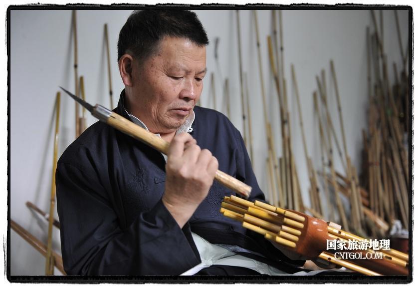 贵州雷山苗寨里的芦笙守望者(图)