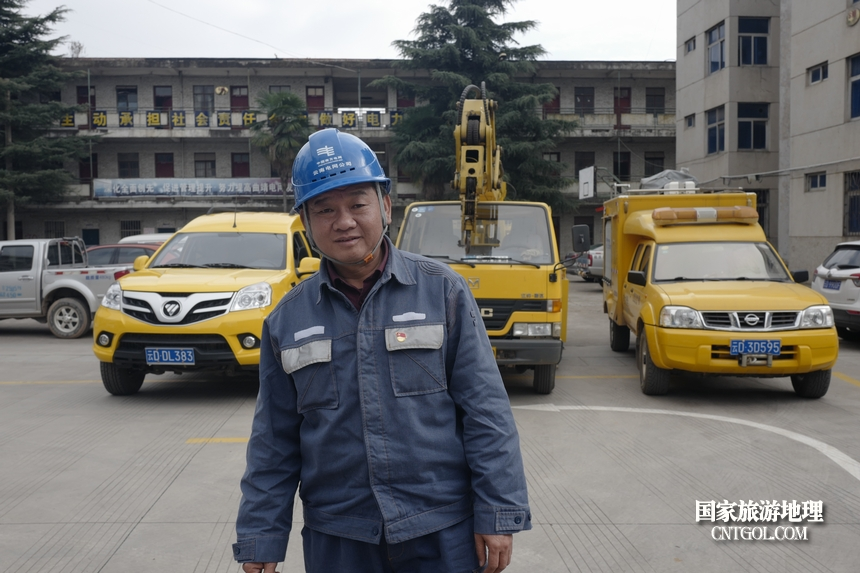 """图1、今年55岁的姚文,有着30年的党龄,在西平供电所长期负责使用和管理一辆吊车和二辆发电车,在全区电网建设、改造和重大活动保供电中都少不了他。春节前,业扩报装量增大,他更是早出晚归吊装电杆、变压器解决低电压问题。2015年,他被云南电网公司授予""""优秀共产党员""""称号。"""