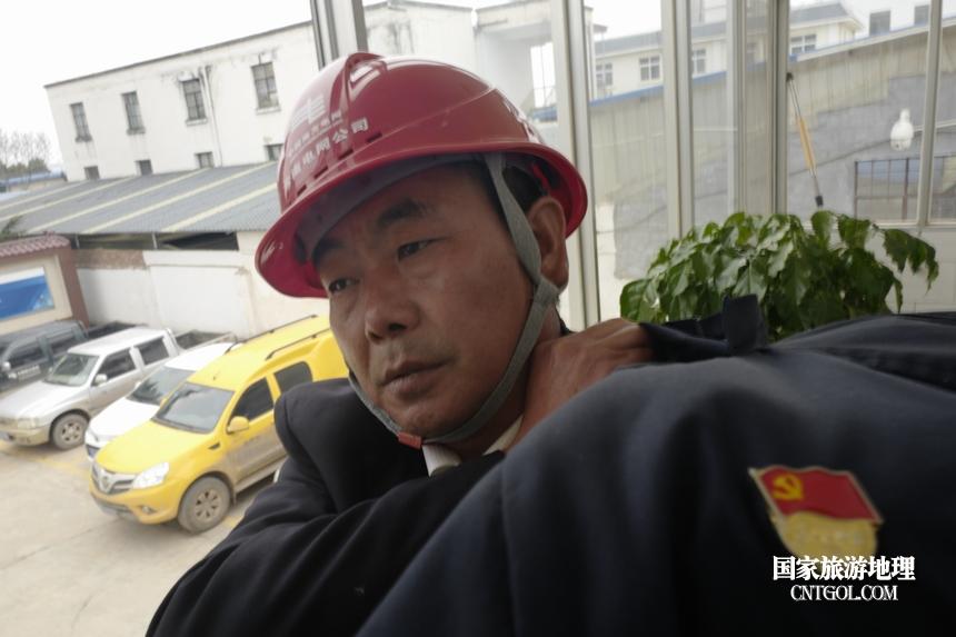 图6、陈国文2017年被云南电网公司评为优秀共产党员,当年3月他调到大坡供电所所长岗位,9个月时间他带领员工改造了128个低电压台区,目的就是为了让群众春节用好电。图为,2018年2月10日,陈国文准备带领员工去为一户返乡回来的农民工家里复电。