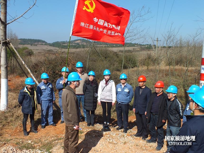 图8、炎方供电所与曲靖供电局监审工会党支部开展联建活动,在春节前开展一次巡线工作,共同为群众春节用好电做准备。