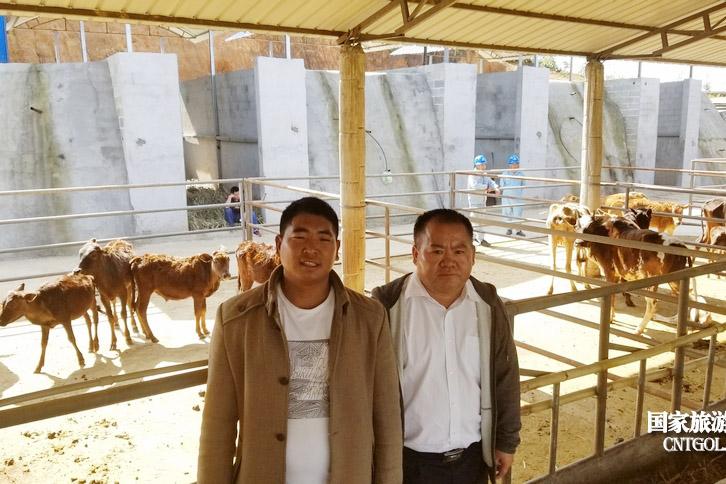 李勒退是南旦坝养殖合作社的社长,也是养牛场的负责人,据他介绍,牛场有进口牛,也有本地牛,一共30多头。通过驻村工作队的引导,建档立卡户发展种植业、养殖业,让村民通过自己的双手致富,实现扶贫工作从'输血'到'造血'的转变。