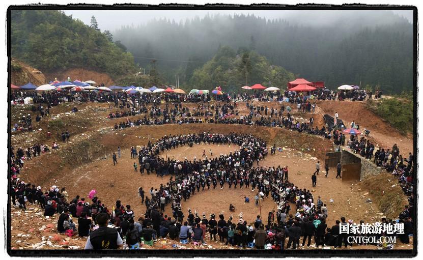 2018年3月31日,贵州省从江县苗族同胞相聚东朗镇举行踩歌堂活动。图为:8字环形芦笙舞(龙梦前摄)