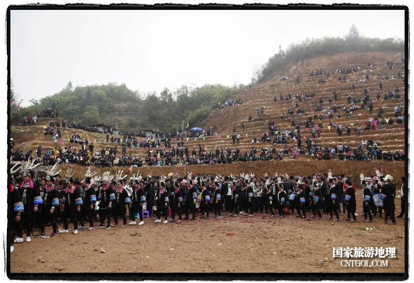 2018年3月31日,贵州省从江县苗族同胞相聚东朗镇举行踩歌堂活动。图为:芦笙堂内外(龙梦前摄)