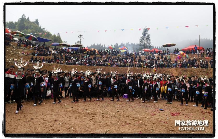 2018年3月31日,贵州省从江县苗族同胞相聚东朗镇举行踩歌堂活动。图为:苗族女孩在踩圆环形芦笙舞(龙梦前摄)
