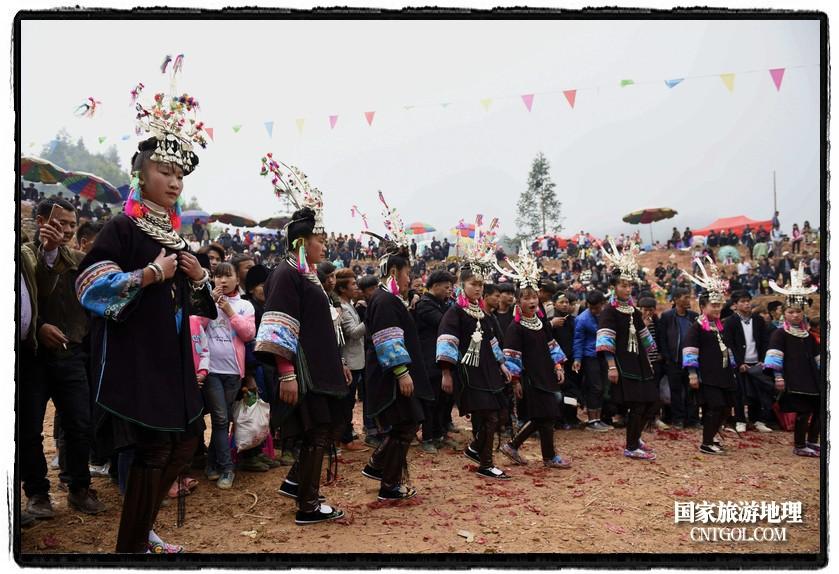 2018年3月31日,贵州省从江县苗族同胞相聚东朗镇举行踩歌堂活动。图为:苗族女孩在踩圆环形芦笙舞2(龙梦前摄)