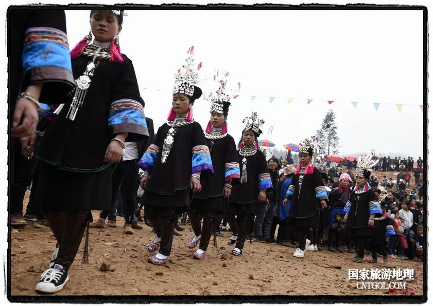 2018年3月31日,贵州省从江县苗族同胞相聚东朗镇举行踩歌堂活动。图为:女孩子们翩翩起舞(龙梦前摄)