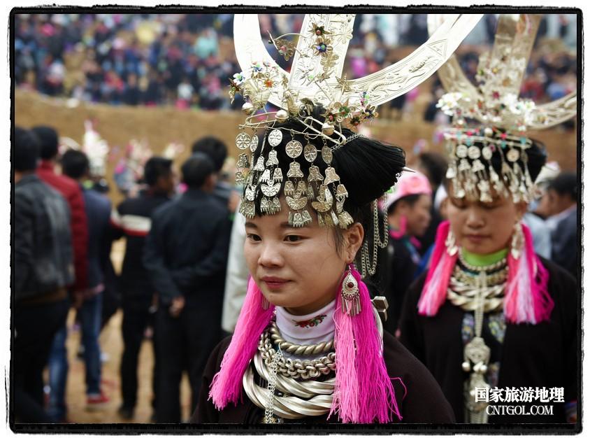 2018年3月31日,贵州省从江县苗族同胞相聚东朗镇举行踩歌堂活动。图为:女孩子们的头饰(龙梦前摄)
