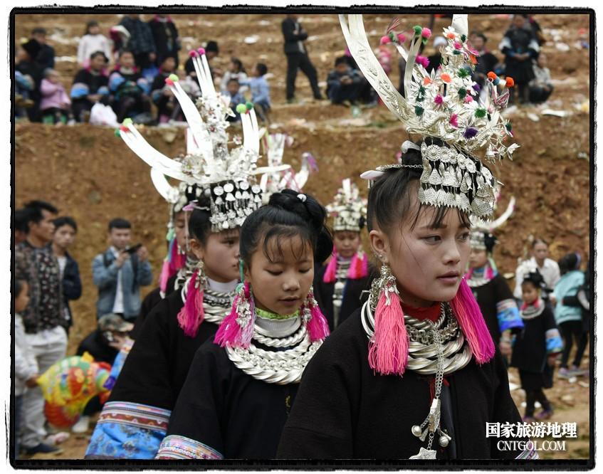 2018年3月31日,贵州省从江县苗族同胞相聚东朗镇举行踩歌堂活动。图为:女孩子们银光闪闪(龙梦前摄)