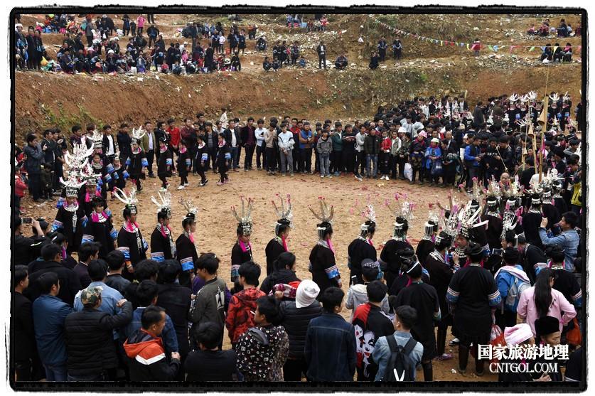 2018年3月31日,贵州省从江县苗族同胞相聚东朗镇举行踩歌堂活动。图为:圆环形芦笙舞(龙梦前摄)