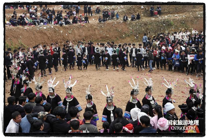 2018年3月31日,贵州省从江县苗族同胞相聚东朗镇举行踩歌堂活动。图为:圆环形芦笙舞2(龙梦前摄)