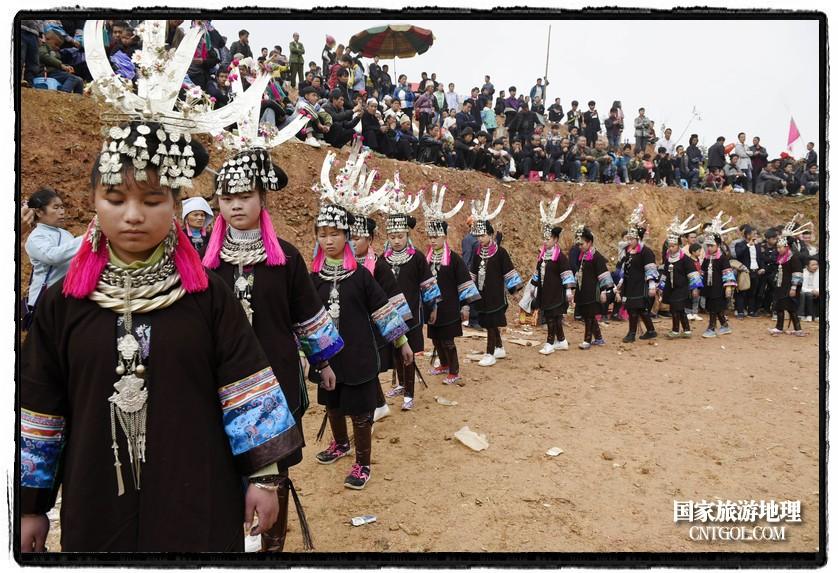 2018年3月31日,贵州省从江县苗族同胞相聚东朗镇举行踩歌堂活动。图为:走环形芦笙舞(龙梦前摄)
