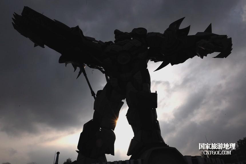 整个变形金刚高50米,用了750吨钢材、基于电影《变形金刚》原型形象建造,金属感帅气犀利,威武强壮。