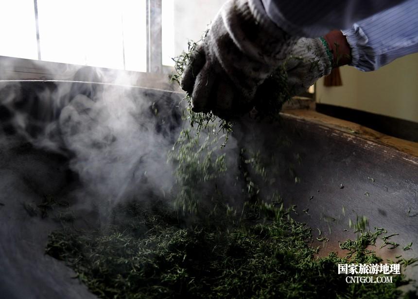 2018年4月1日,茶农在贵州贵定县云雾镇鸟王村老茶坡茶园内煮茶。