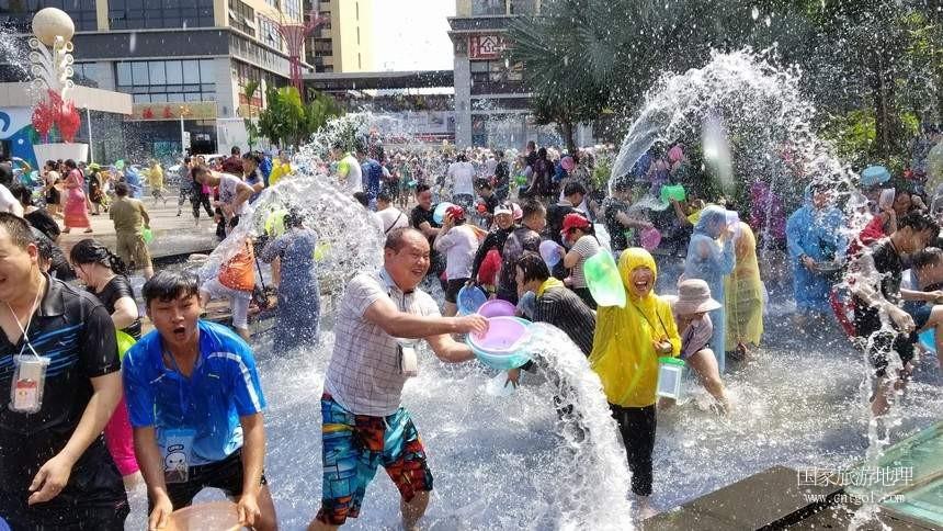 今天(4月15日),一年一度的泼水节泼水活动在云南西双版纳傣族自治州景洪市举行,吸引了数万民当地居民和游客参与。据悉,当地各县市乡村群众也自发在当地进行了这一传达吉祥如意、饱含对亲友祝福的泼水活动,几乎万人空巷,全民参与。这是民众在设于景洪市区泼水活动现场欢快泼水。
