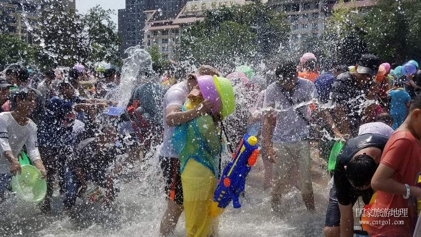 今天(4月15日),一年一度的泼水节泼水活动在云南西双版纳傣族自治州景洪市举行,吸引了数万民当地居民和游客参与。据悉,当地各县市乡村群众也自发在当地进行了这一传达吉祥如意、饱含对亲友祝福的泼水活动,几乎万人空巷,全民参与。这是民众在设于景洪市区泼水活动现场欢快泼水,一名女生在男友保护下的开心被泼。