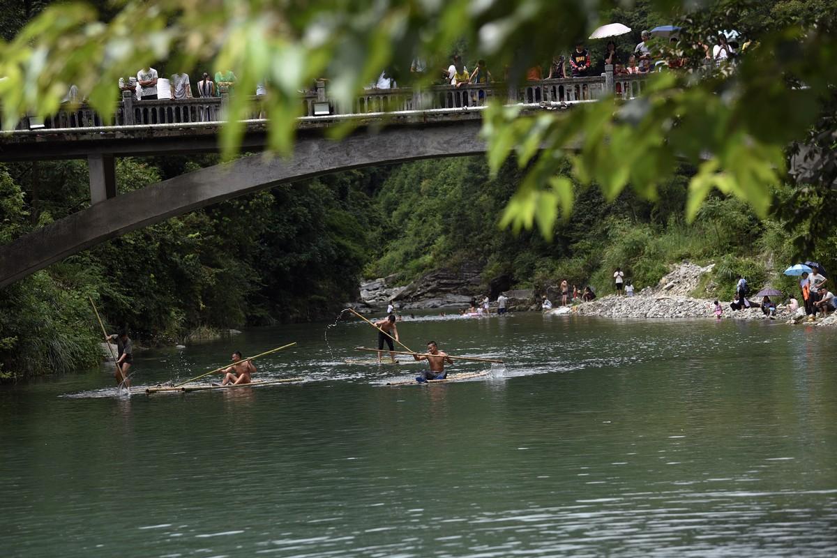 2018年7月25日(农历六月十三),贵州省黔东南苗族侗族自治州从江县加榜乡下尧村壮族同胞欢庆一年一度的嬉水节。图为伐竹排比赛。(龙梦前摄)