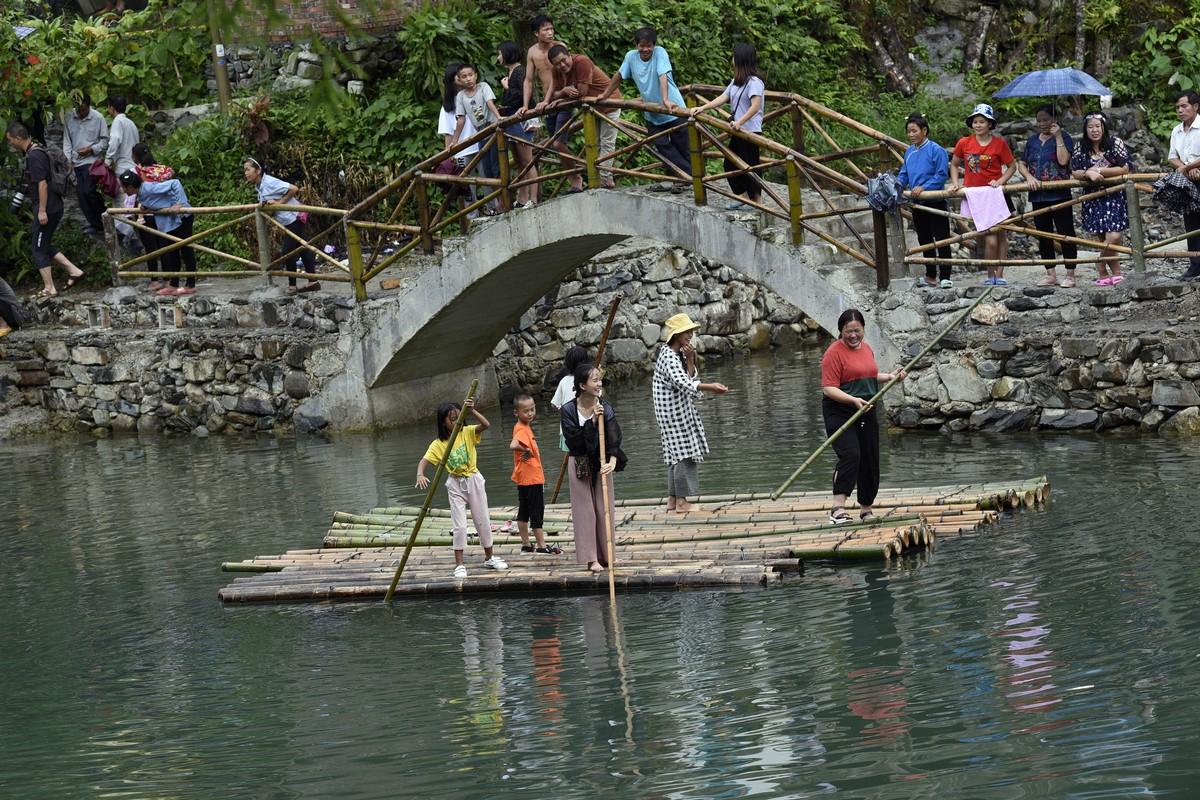 2018年7月25日(农历六月十三),贵州省黔东南苗族侗族自治州从江县加榜乡下尧村壮族同胞欢庆一年一度的嬉水节。图为具有江南水乡之美的下尧村。(龙梦前摄)