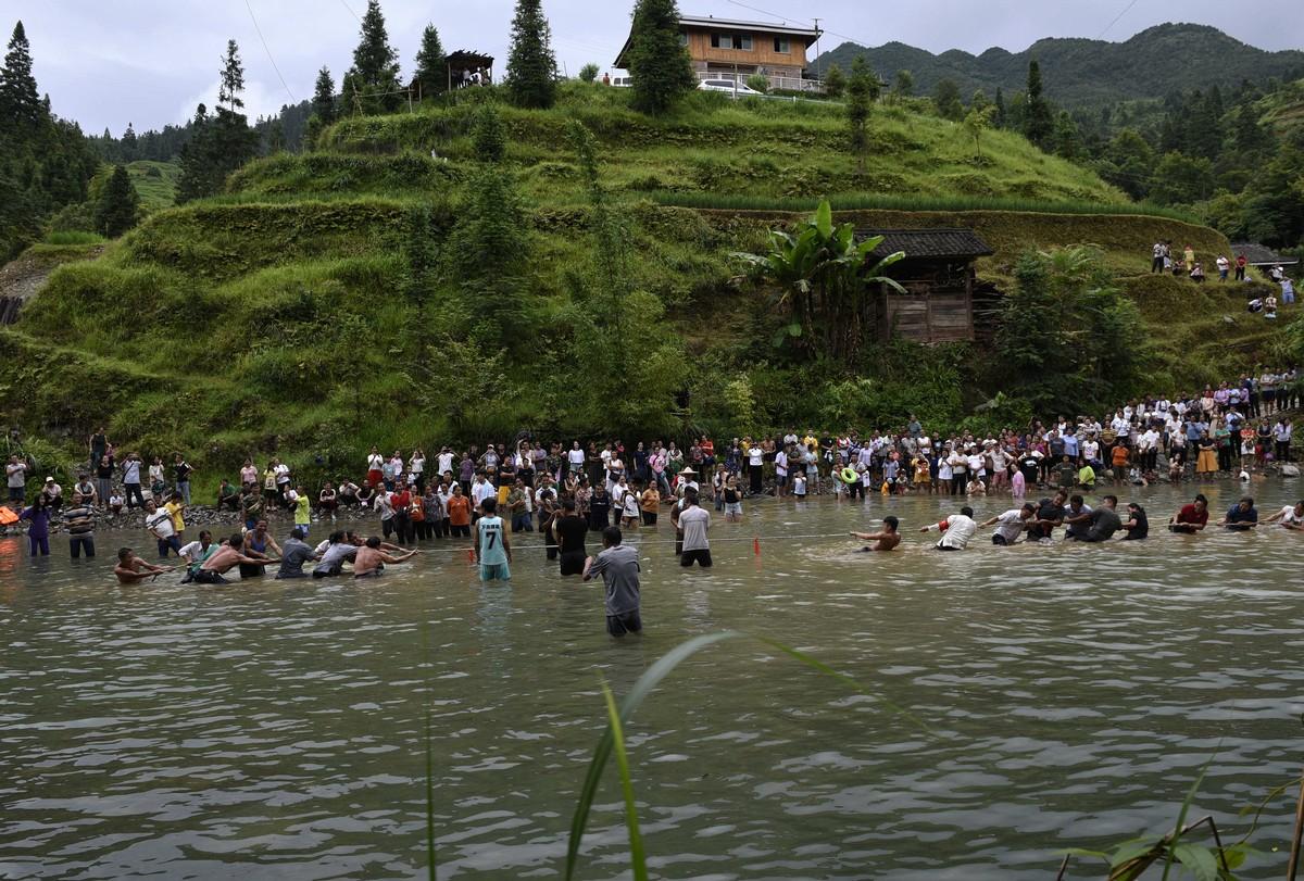2018年7月25日(农历六月十三),贵州省黔东南苗族侗族自治州从江县加榜乡下尧村壮族同胞欢庆一年一度的嬉水节。图为水上拔河比赛。(龙梦前摄)