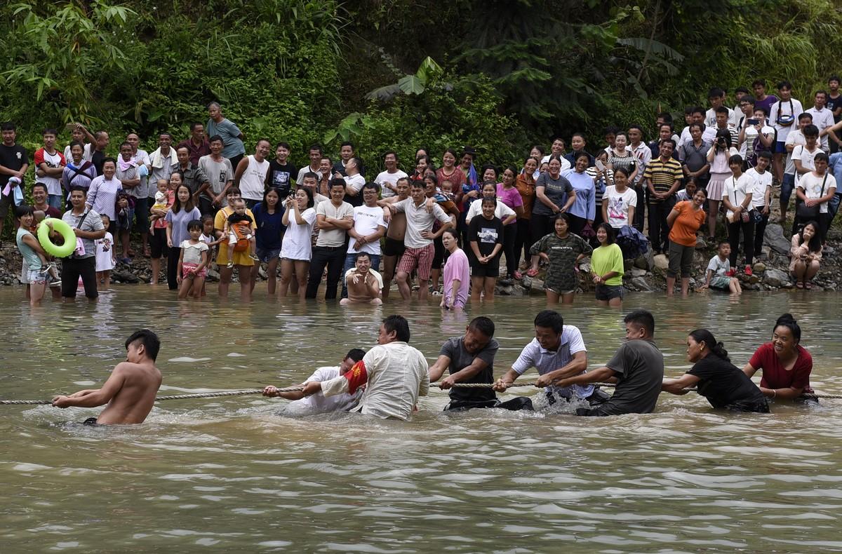 2018年7月25日(农历六月十三),贵州省黔东南苗族侗族自治州从江县加榜乡下尧村壮族同胞欢庆一年一度的嬉水节。图为水上拔河比赛现场。(龙梦前摄)