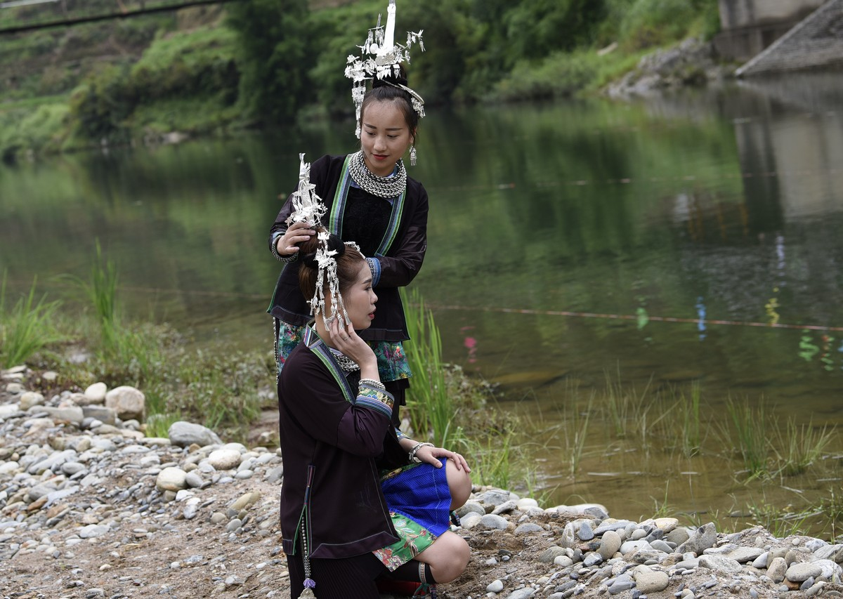 """2018年7月26日,贵州省从江县在贵州省最美河流之首""""三百河""""刚边村河段举行贵州•三百河2018年""""跳水节""""活动。图壮族女孩在整装。(龙梦前摄)"""