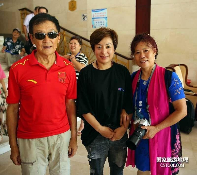 16,本文作者(右)与参加峰会2022冬奥形象大使郭丹丹(中),中国滑雪之父单兆鉴(左)留影
