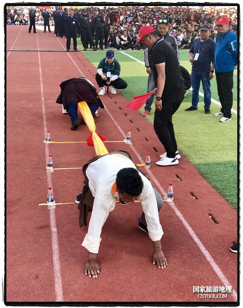 比赛双方腰系软藤或布,趴在中线的两端,头部向前,背背相对,比赛时两名运动员需背对背将一绳圈通过胯下套在脖子上,双手着地,