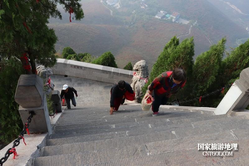 山高坡陡,登山者必须心无旁骛,专心致志,步子要沉稳。