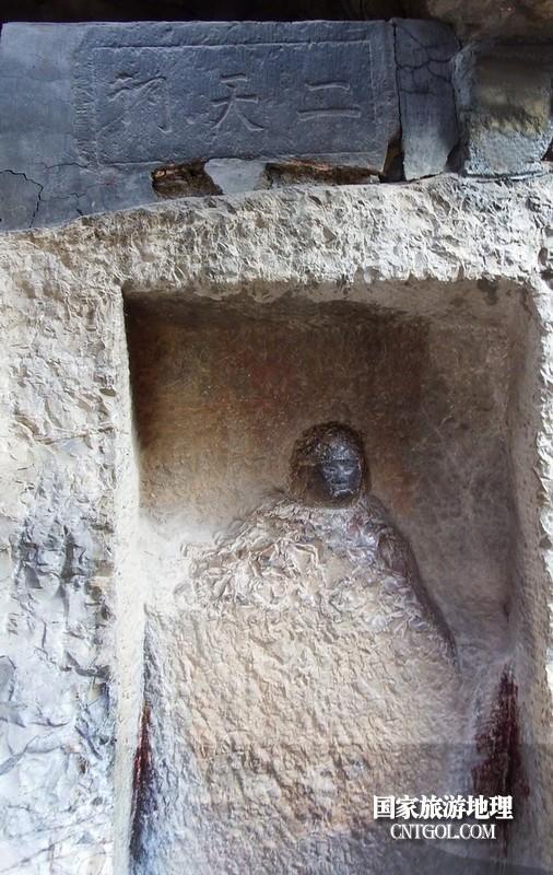 这是古代二天门遗址,说明苦修者凿崖壁而居。